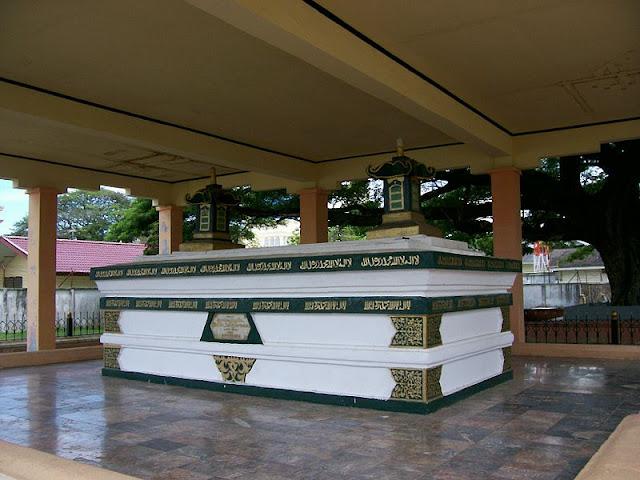 yang bersebelahan dengan Meuligoe Banda Aceh Wisata Bersejarah Makam Sultan Iskandar Muda Aceh