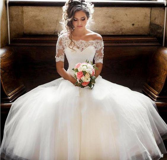 Se você não sabe qual vestido usar no dia do seu casamento, nós vamos te ajudar. Você precisa escolher um vestido único, clássico, fashion, mas acima de tudo ele tem que ter tudo a ver com você. A  cor e o estilo do vestido tem que combinar com você, pois um modelo bonito é aquele que fica bonito em você. Confira as 10 ideias incríveis de vestidos de noiva.