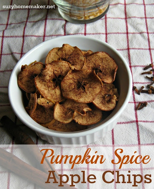 These baked apple chips are flavored with pumpkin spice. A simple, healthy fall treat. | suzyandco.com