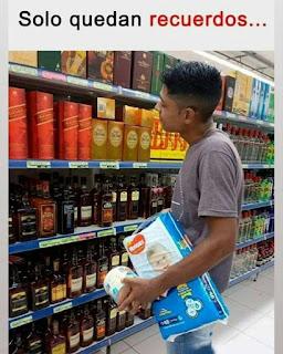Chico mirando botellas alcohol con paquete de pañales