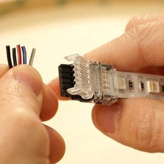 Συνδεστε το καλωδιο με την ταινια LED