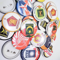 Praktis, Kampanye Dengan Pin Bros