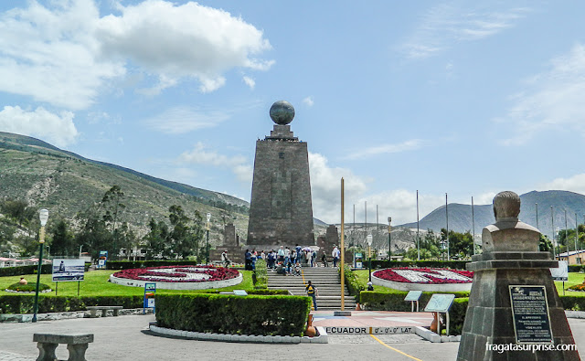 """Quito: monumento """"Mitad del Mundo"""" marcando a Linha do Equador"""