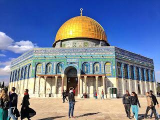 Templo de la Cúpula de la Roca, con la imagen azul de sus piezas y la cúpula dorada