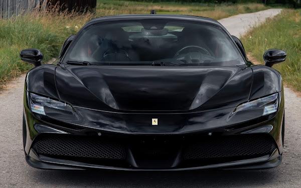 Ferrari SF90 Stradale preta rebaixada e preparada com 1.047 cv
