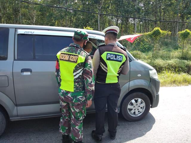 Ops PPKM Level lll Diwilayah Simalungun, Personel Jajaran Kodim 0207/Simalungun Terjun Langsung Laksanakan Penyekatan