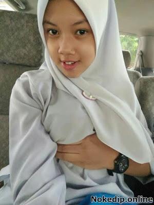 Foto Cewek Jilbab Pamer Toket Di Dalama Mobil