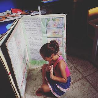 Professor cria livro gigante onde  criança quer morar