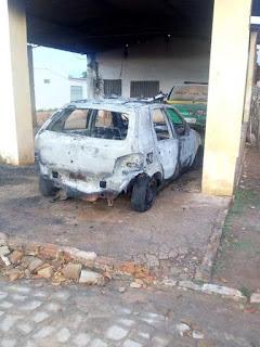 Viatura da Polícia Militar é incendiada por criminosos