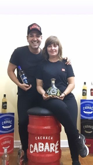 Camareiros de Zezé di Camargo e Luciano e Leonardo organizam rifa de produtos da famosa Cachaça Cabaré