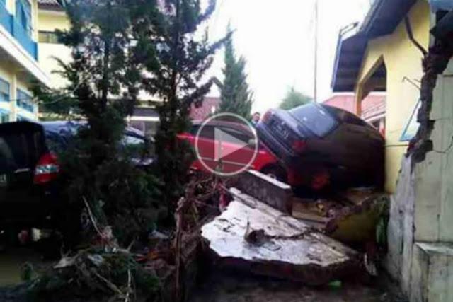 VIDEO: Detik-detik Banjir Bandang Terjang Garut