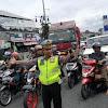 Cerita Polisi Berdiri 12 Jam demi Atur Arus Lalu Lintas saat Libur Natal, Dapat Senyum Saja Happy