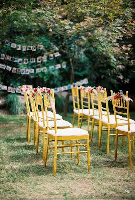 Sillas preparadas para ceremonia de boda