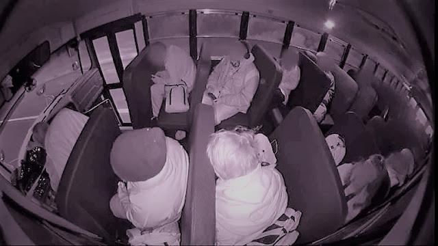 Видео от салона на автобус показва какво се случва при тежка катастрофа, без закопчани колани