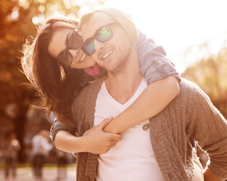 8 إشارات تؤكد أنك لا تعتبرينه حبيبك وان مجرد صديق امرأة تحتضن رجل حب رومانسية woman hug hugging man from behind
