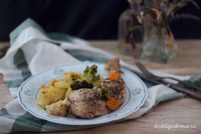 Cuartos traseros de pollo con verduras en papillote
