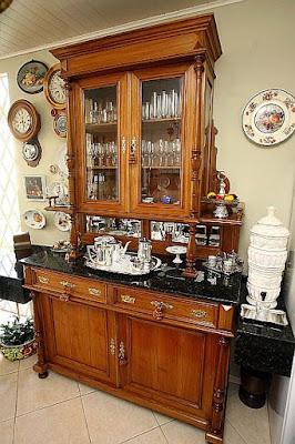 Móveis e objetos antigos dão vida à decoração