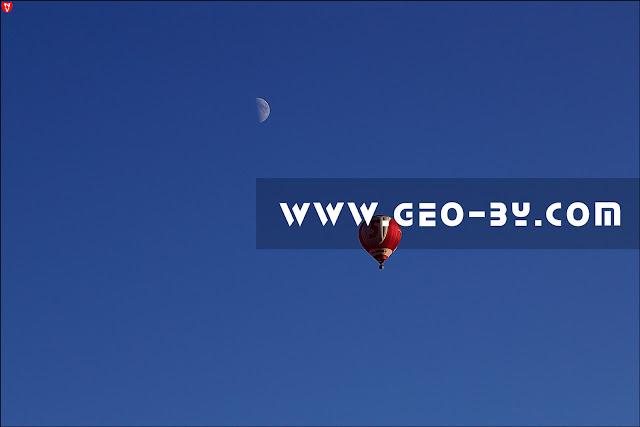 Воздушный шар в небе у деревни Мацки