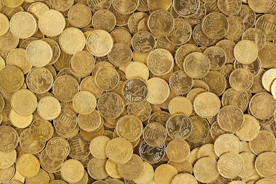 Topik Referensi.jika sebelumnya kita lebih banyak berbicara soal bagaimana Cara Cerdas Mengatur keuangan Saat Krisis,maka pada bagian ini kita akan lebih banyak berbicara soal bagaimana kita dapat mempersiapkan diri jika suatu saat kita di hadapkan pada suatu masa krisis.Sehingga dengan demikian,kita pun siap.Inilah yang di sebut Cara Menyiapkan Oasis Keuangan Guna Hadapi Krisis.Untuk menjaga-jaga jika sewaktu-waktu masa krisi melanda.    6 Cara Menyiapkan Oasis Keuangan Guna Hadapi Krisis  ilustrasi  1.Maksimalkan Aset Gampang Cair Aset-aset yang gampang di cairkan itu contohnya seperti tabungan,deposito,dan emas.Itu semua adalah aset keuangan penting untuk memastikan kondisi keuangan Anda terjaga bahkan saay berada dalam krisis.    Aset yang gampang di cairkan tersebut tidak beefluktuasi terhadap kondisi pasar,tidak seperti saham dan indeks.Maksimalkanlah nilai nominal simpanan pada sektor-sektor tersebut.Punya uang lebih,tabung.Punya uang lebih,simpan sebagai deposito.Punya uang lebih, tukarkan emas.    2.Membuat Anggaran Bulanan Bagaimana agar anda memiliki uang lebih untuk di alihkan menjadi tabungan,deposito,dan emas?salahsatunya dengan cara membuat anggaran bulanan.Jika anda tidak pernah menganggarkan,jangankan memiliki uang lebih,bisa jadi anda malah membelanjakan uang anda lebih banyak daripada yang anda terima,sehingga akhirnya anda akan terlilit utang dan semakin terjerat olehnya.    Dengan membuat anggaran bulanan pada akhir bulan untuk kebutuhan bulan depan,maka Anda akan terbantu menyeimbangkan keuangan Anda.Siapkanlah anggaran yang memuat kebutuhan anggaran untuk makan,sewa,rekreasi,dan lainya.Setelah anggaran di buat patuhilah anggaran tersebut dengan disiplin tinggi.  3.Bayar Tagihan Tepat Waktu Utang memang tidak selamanya bisa di hindari.Tapi ketika memutuskan untuk berutang,pastikan anda sudah memperhitungkan dengan matang bahwa anda mampu membayarnya.Jika anda tidak mampu,maka sebaiknya tidak perlu berutang,apalagi jika itu kepentingan konsumtif
