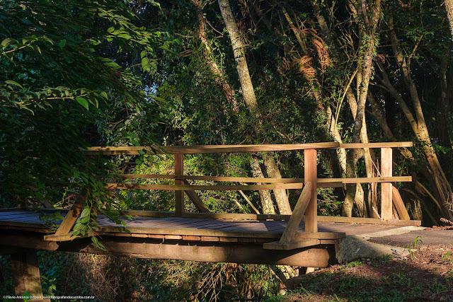 Pontinha que cruza o córrego Tarumã, no Bosque Portugal.