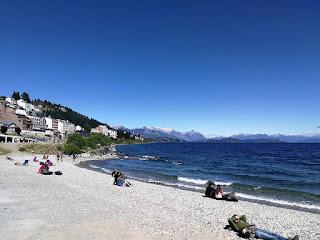Playa del lago en Bariloche con agua y sol