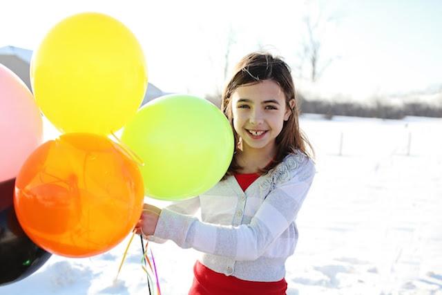 fille-tient-ballon