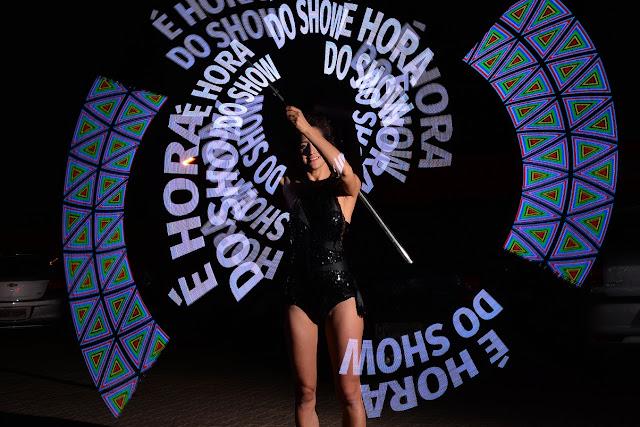 Performance de Humor e Circo onde incluimos frases e a logomarca para ser projetadas com o movimento e luzes.