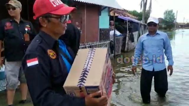 Banjir Desa Tanjungtiga LSM Kompak donasikan bantuan kepada warga di dusun tanjunglaut