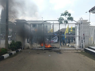 Mahasiswa Bakar Gerbang Kantor DPRD