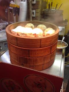 i baozi cuociono a vapore in un enorme cesto di bambù