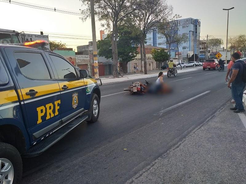COLISÃO ENVOLVENDO CARRO E MOTO DEIXA MOTOQUEIRO FERIDO NA AVENIDA PRESIDENTE DUTRA EM MOSSORÓ-RN