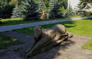 Графское. Гостинично-оздоровительный центр «Форест-Парк». Скульптура львицы