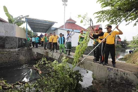 Kerja Bakti Walikota Madiun, Personil Gabungan TNI-Polri Bersihkan Kali Maling