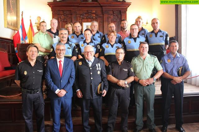 El Ayuntamiento reconoce los más de cuarenta años de servicio de tres policías locales jubilados