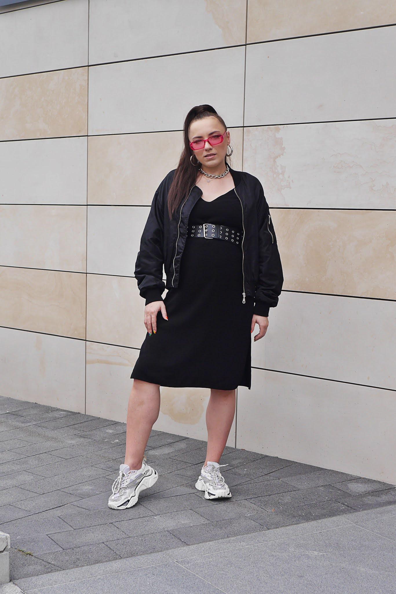 blogerka modowa blog modowy stylizacja ciążowa jak się ubrać w ciąży modna w ciąży czarna sukienka na ramiączkach różowe okulary aliexpress pasek z ćwiekami białe buty sportowe ccc bomberka bikbok waste no time czarna puławy
