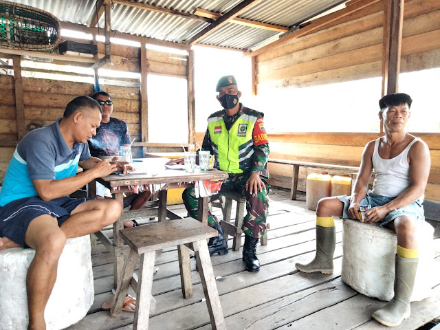 Babinsa Dedi Sumaedi Lakukan Komsos dengan Warga Desa Sungai Ulu