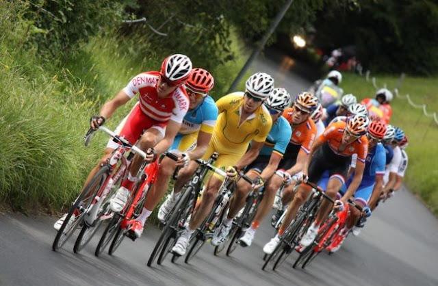 Saat Bersepeda Di Jalan Raya, Penting Bagi Pesepeda Menghafal Isyarat ini!