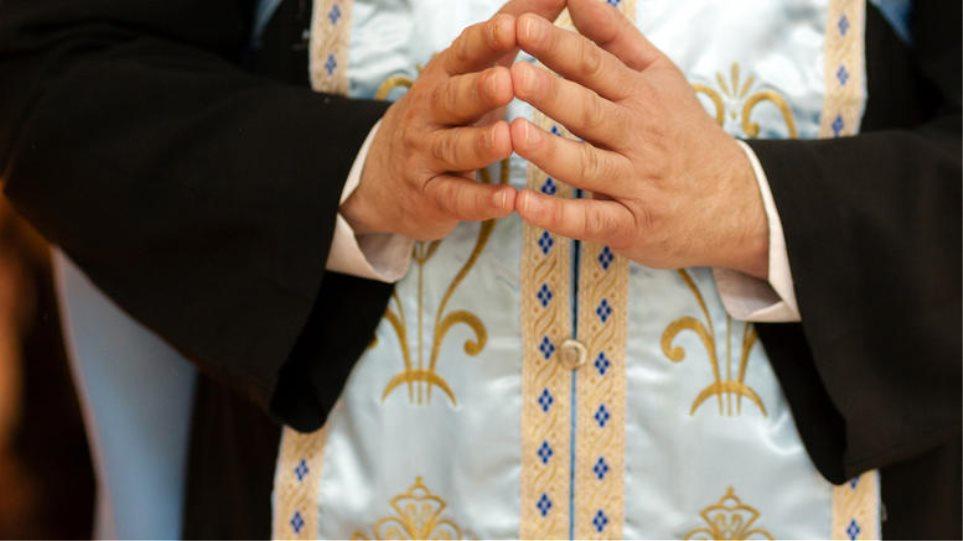 Εξωφρενικό: Ιερέας στην Χίο φορώντας τα άμφια, επιτέθηκε σε βουλευτή!