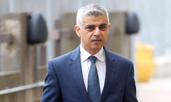 Sadiq Khan pede Boris Johnson que ordene o fechamento de locais de culto