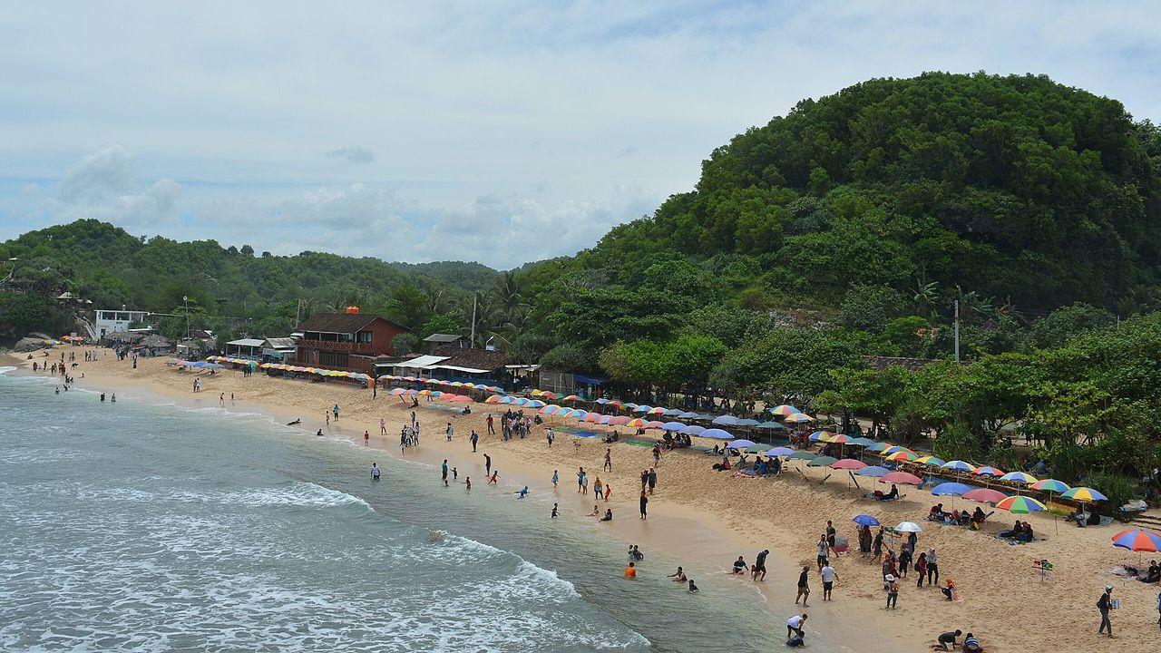 pantai indrayanti pemandangan