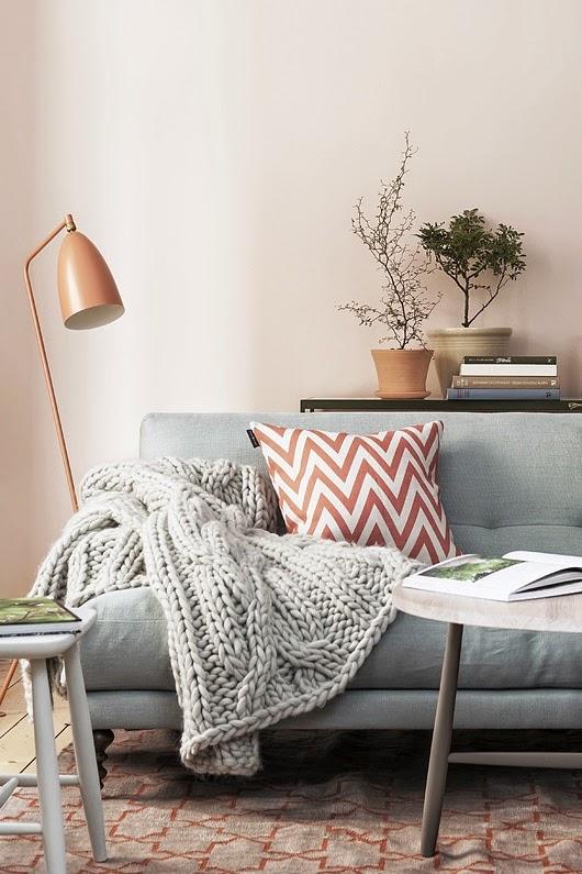 25 ideas de decoraci n de salas que poner al lado del sofa - Libros antiguos para decoracion ...