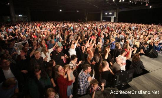 Miles de personas se convierten a Cristo