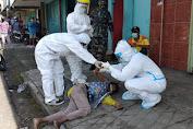 Petugas Ber-APD Lengkap Evakuasi ODGJ yang Pingsan di Depan Toko Kue di Ruteng