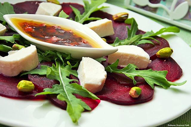 Carpaccio z buraków z rukolą, kozim serem i pistacjami