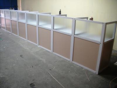Meja Sekat Kantor Lurus Kaca + Furniture Semarang