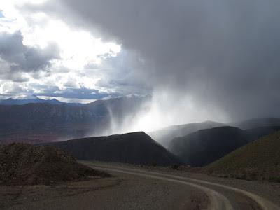 Regen zieht auf in den Bergen Boliviens