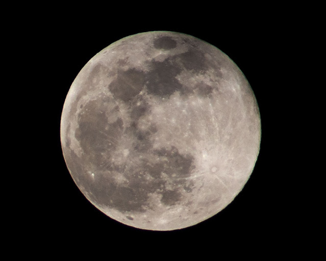 Super Moon comes out of the clouds, DSLR, 300mm, 1/500 second (Source: Palmia Observatory)