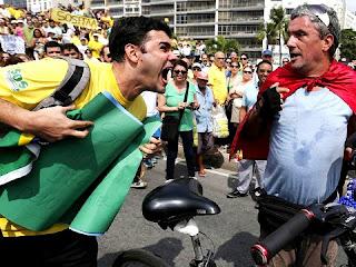 Reacionário hostiliza petista em manifestação que pretendia ser pacífica