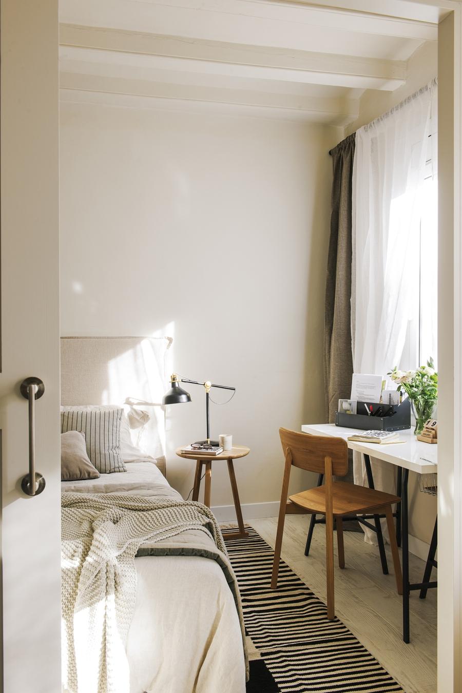 Czerń i biel w przytulnej aranżacji - wystrój wnętrz, wnętrza, urządzanie mieszkania, dom, home decor, dekoracje, aranżacje, minty inspirations, styl skandynawski, scandinavian style, biała wnętrza, małe wnętrza, małe mieszkanie, otwarta przestrzeń, czerń i biel, balck & white, naturalne drewno, naturalne materiały, sypialnia, bedroom, łóżko, miejsce do pracy, małe biurko, drewniany stolik, drewniane krzesło