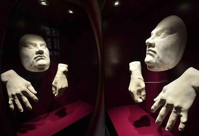 Máscara mortuária de Lutero exibida na igreja do Mercado, Halle, Alemanha